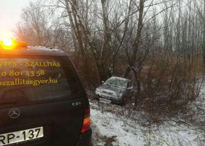 autómentés Győr, megcsúszott autó mentése árokból